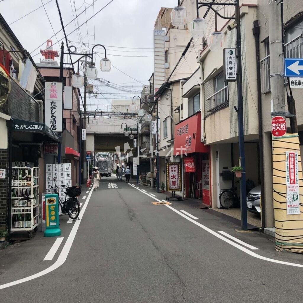商店街への道
